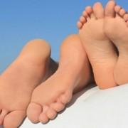 Трескаются пятки на ногах? Расскажем как лечить – народные средства.